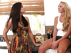 Ultra-kinky brunette touches hot blonde's cunt with her sole
