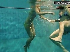 2 sexy amateurs showing their bods off under water
