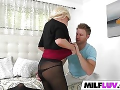 Sexy blonde MILF Jessy rocks the man sausage