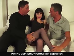 SCAMBISTI MATURI - Hot brunette gets banged in threeway