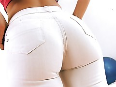 INCREDIBLE FIRM ASS Hottie In Ultra Tight Jeans. CAMELTOE