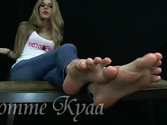 Kyaa #4 - jerk off to my sumptuous soles!